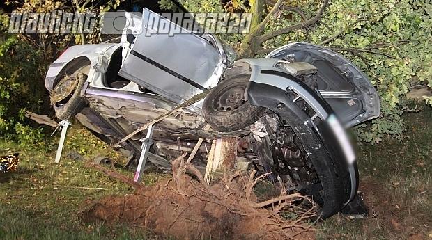 Auto von Baum aufgespießt - 1 Toter