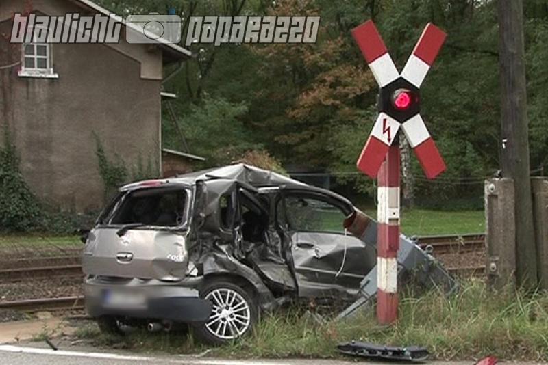 autofahrerin von zug erfasst
