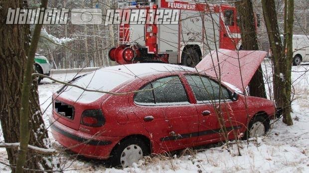 Hoyerswerda: Renault kracht auf B97 gegen Baum | Blaulicht
