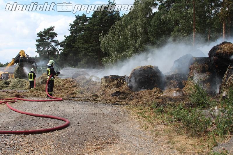 Strohballen brennen in Brehmen