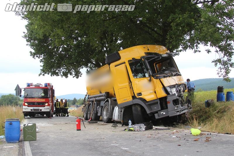 Sohland: Tanklaster kracht gegen Baum