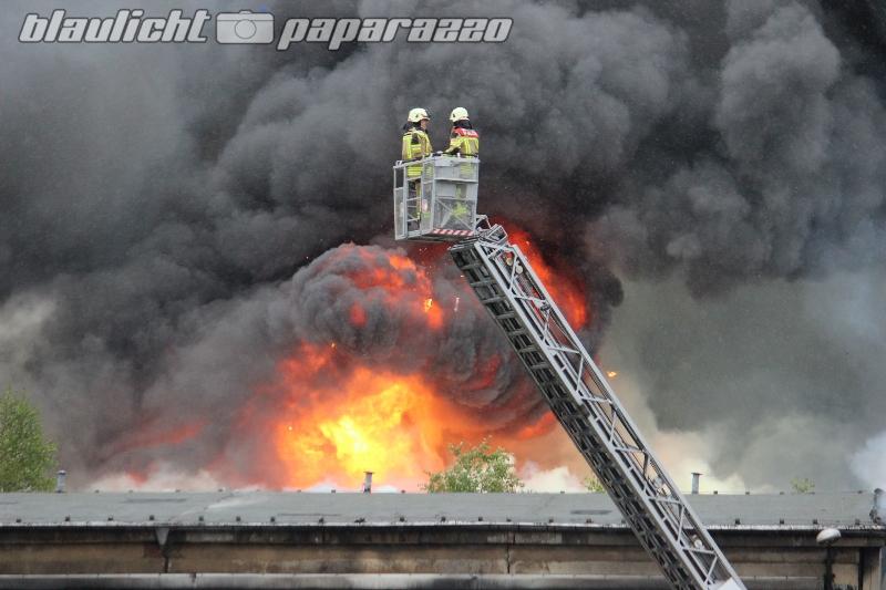 Droben: Großbrand in Recyclingbetrieb