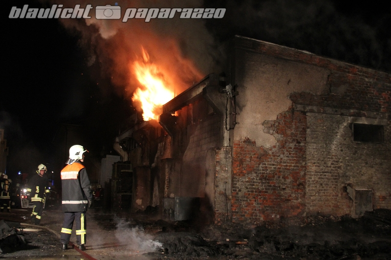 Großdubrau: Mitten im Ort - Lagerhalle brennt ab