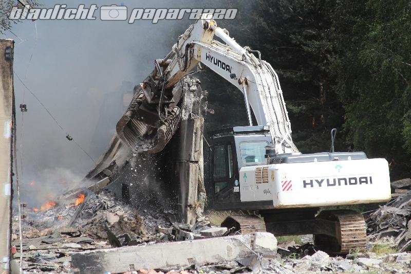 Droben: Brennende Lagerhalle wird abgerissen