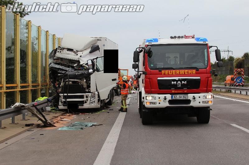 Bautzen: Bei Mäharbeiten - LKW kracht gegen Schilderwagen
