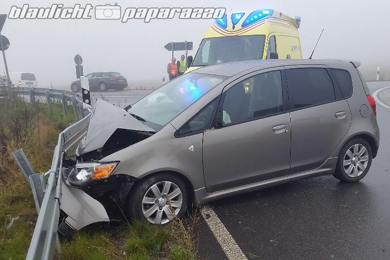 Lichtenberg: Auto rast im Nebel über Kreisverkehr