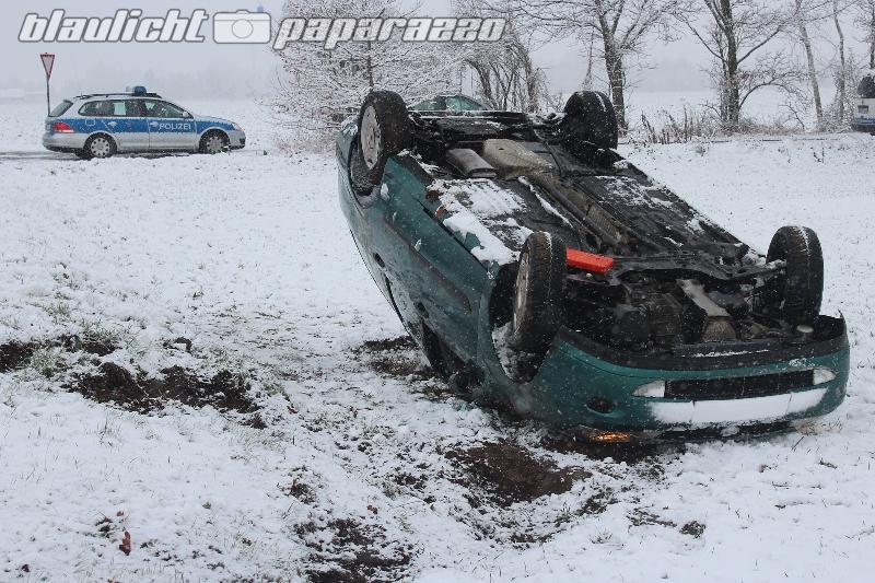 Auto überschlägt sich im Schnee