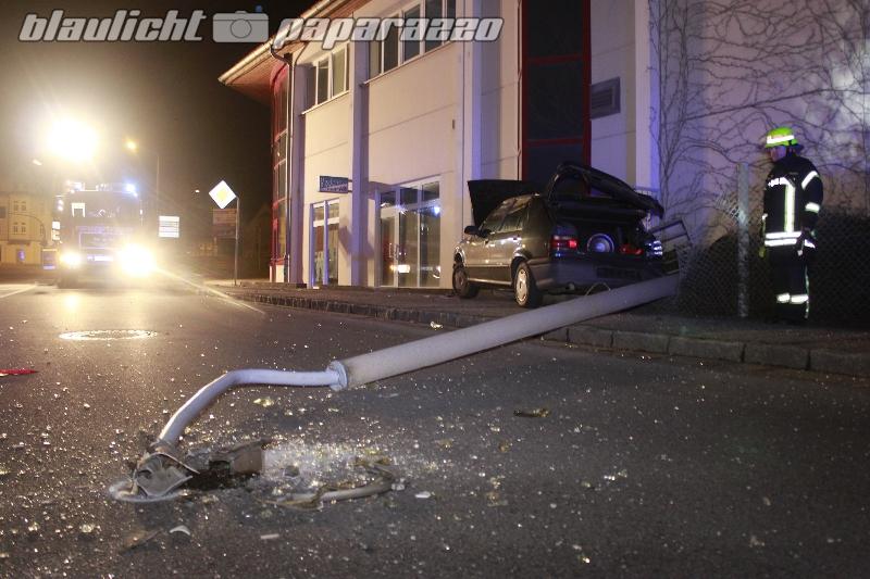 Auto fällt Laterne - Fahrer weg?