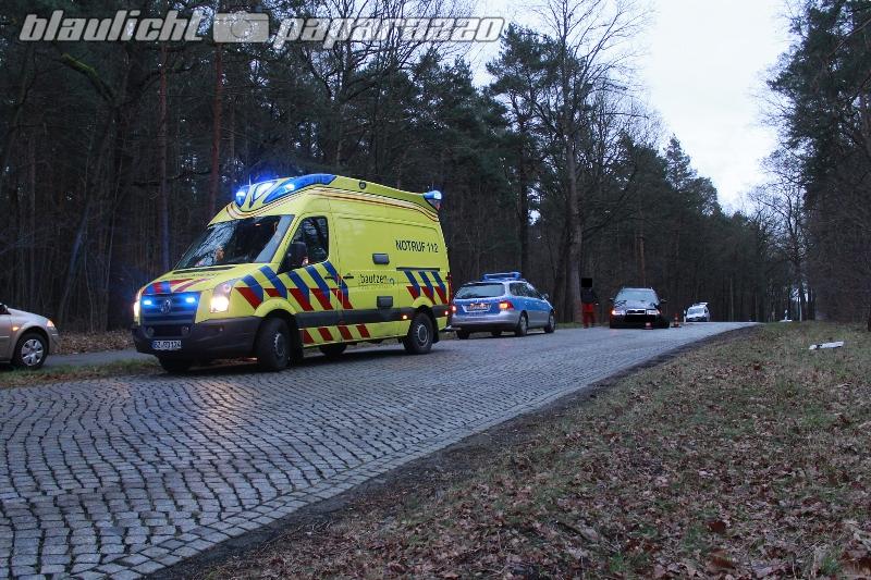 Auto knallt in Königsbrück gegen Baum
