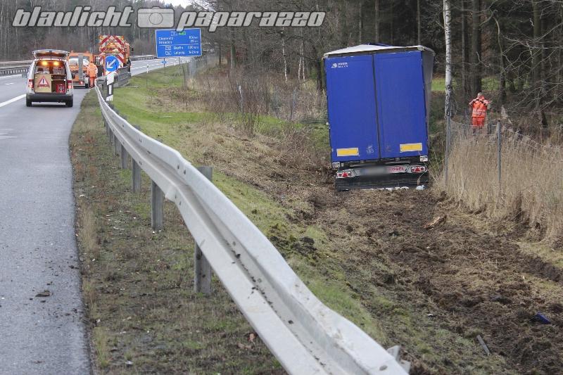 Sturm weht LKW von der Autobahn