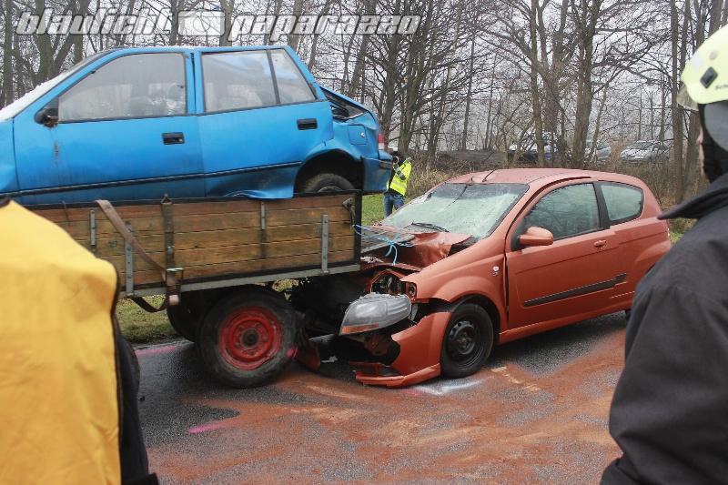Auto rutscht unter Traktor-Anhänger