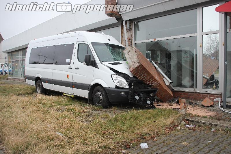 Bus kracht in Mauer
