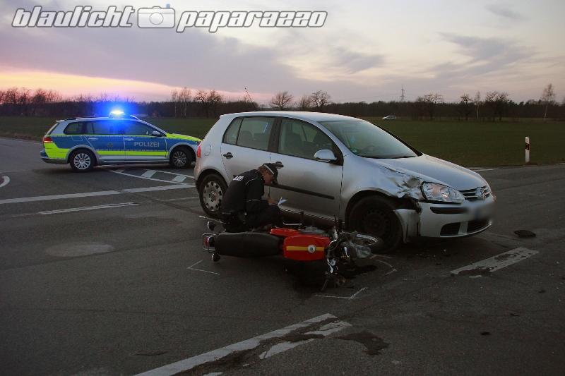 Camina: Moped kracht gegen Auto