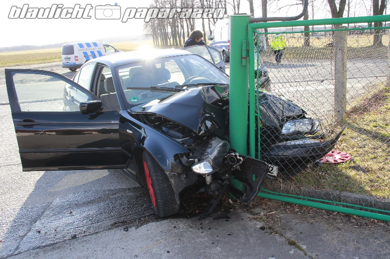 BMW kracht gegen Tankstellenzaun