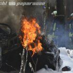 Schrecksekunde für die Feuerwehrleute aus Neschwitz und Umgebung am Freitag Mittag! Mitten im Wald zwischen Neschwitz und Caßlau war eine Baumfällmaschine in Brand geraten. Gerade jetzt, wo es so trocken ist und die Waldbrandgefahr sehr hoch ist. Sofort eilten die Feuerwehren aus Neschwitz, Luga, Saritsch und Königswartha an Ort und Stelle. Der Brand wurde recht schnell unter Kontrolle gebracht, sodass sich die Flammen zumindest nicht weiter ausbreiten konnten. Die Maschine selbst jedoch war recht schwer abzulöschen. Immer wieder Flammten vor allem die Reifen wieder auf, eine große schwarze Rauchsäule bildete sich. Letztendlich konnte ein Schaumteppich den gewünschten Löscheffekt erzielen. Derzeit laufen die Restablöschungsmaßnahmen. Warum der Brand ausbrach, ist unklar. Verletzt wurde niemand.