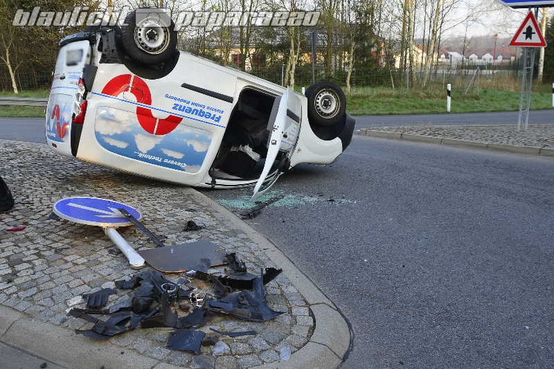 Ohorn> Kleintransporter landet nach Unfall auf Dach