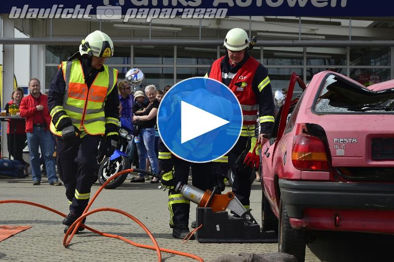 Feuerwehr befreit Person aus Unfallauto