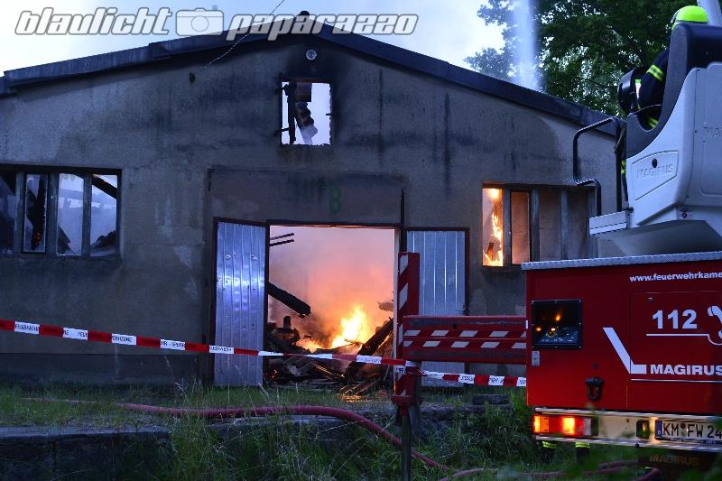 Kamenz: Alte Lagerhalle brennt komplett ab