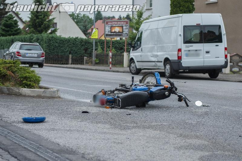 Pulsnitz: Moped kracht gegen Transporter