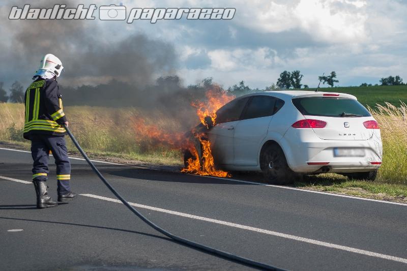 Seifersdorf: Auto gerät in Brand