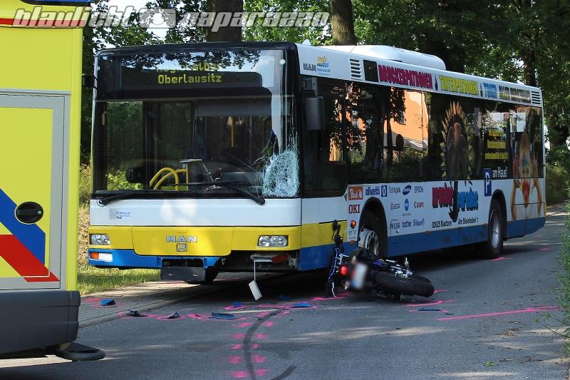 Motorrad kracht gegen bus