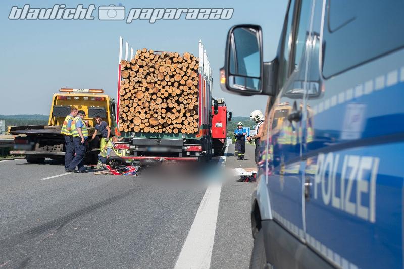 Motorrad kracht gegen Holzlaster