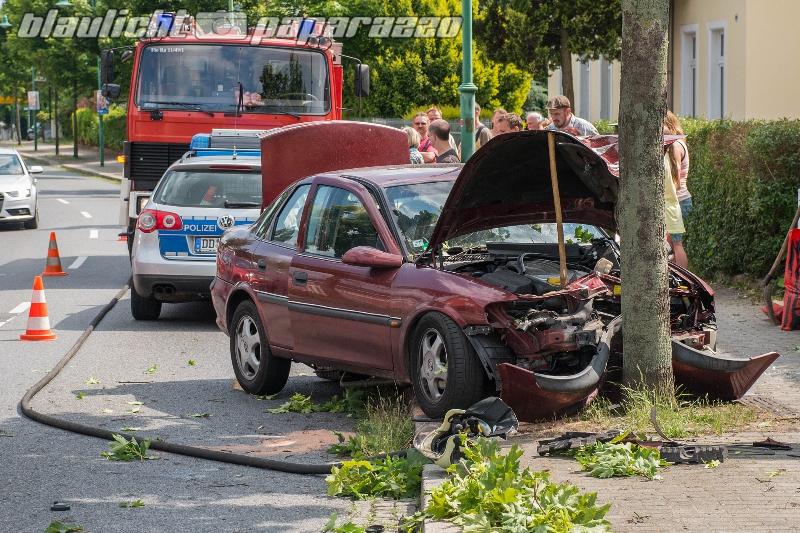 Radeberg: Auto kracht gegen baum