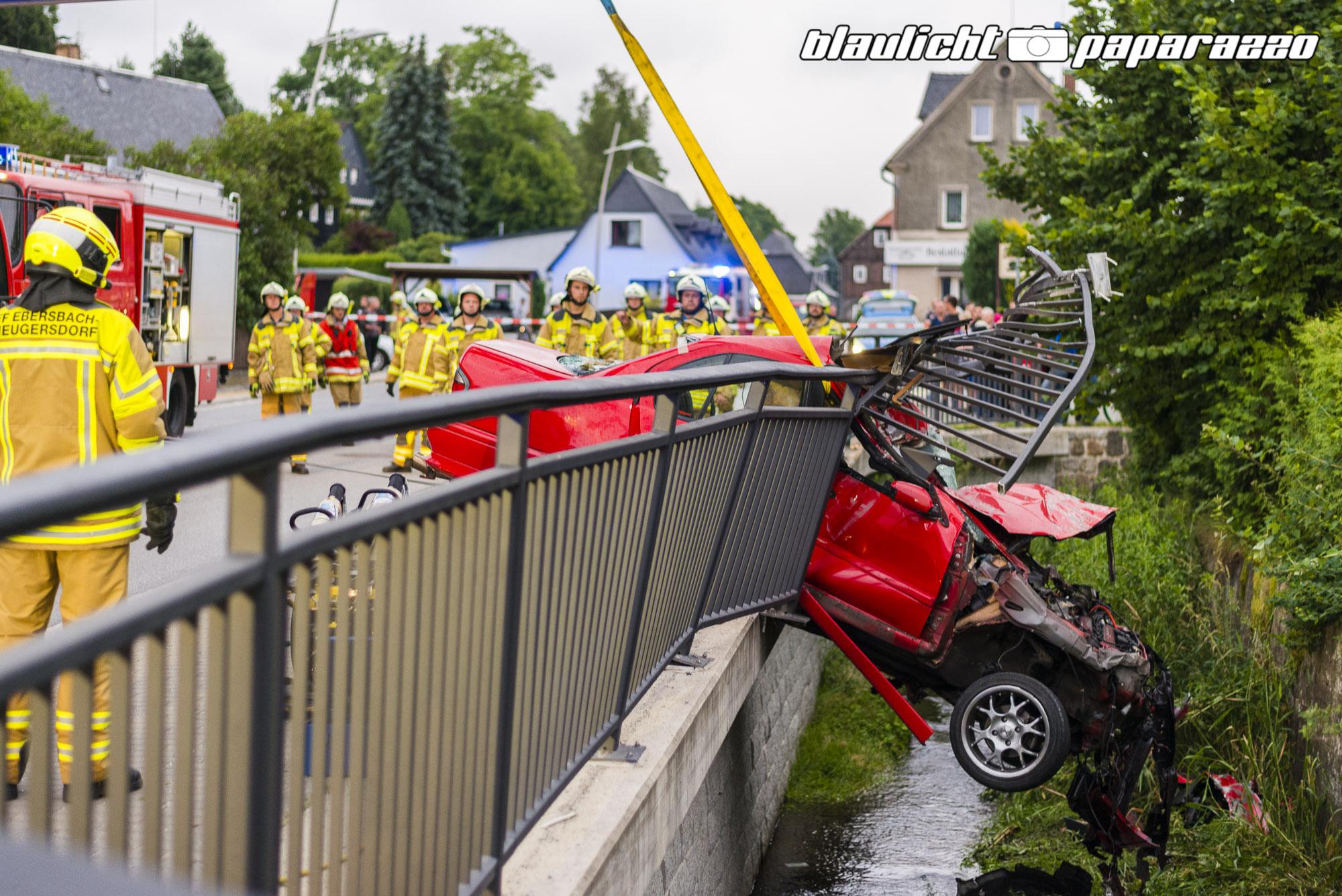 Auto durchbricht Geländer und bleibt über der Spree hängen ...