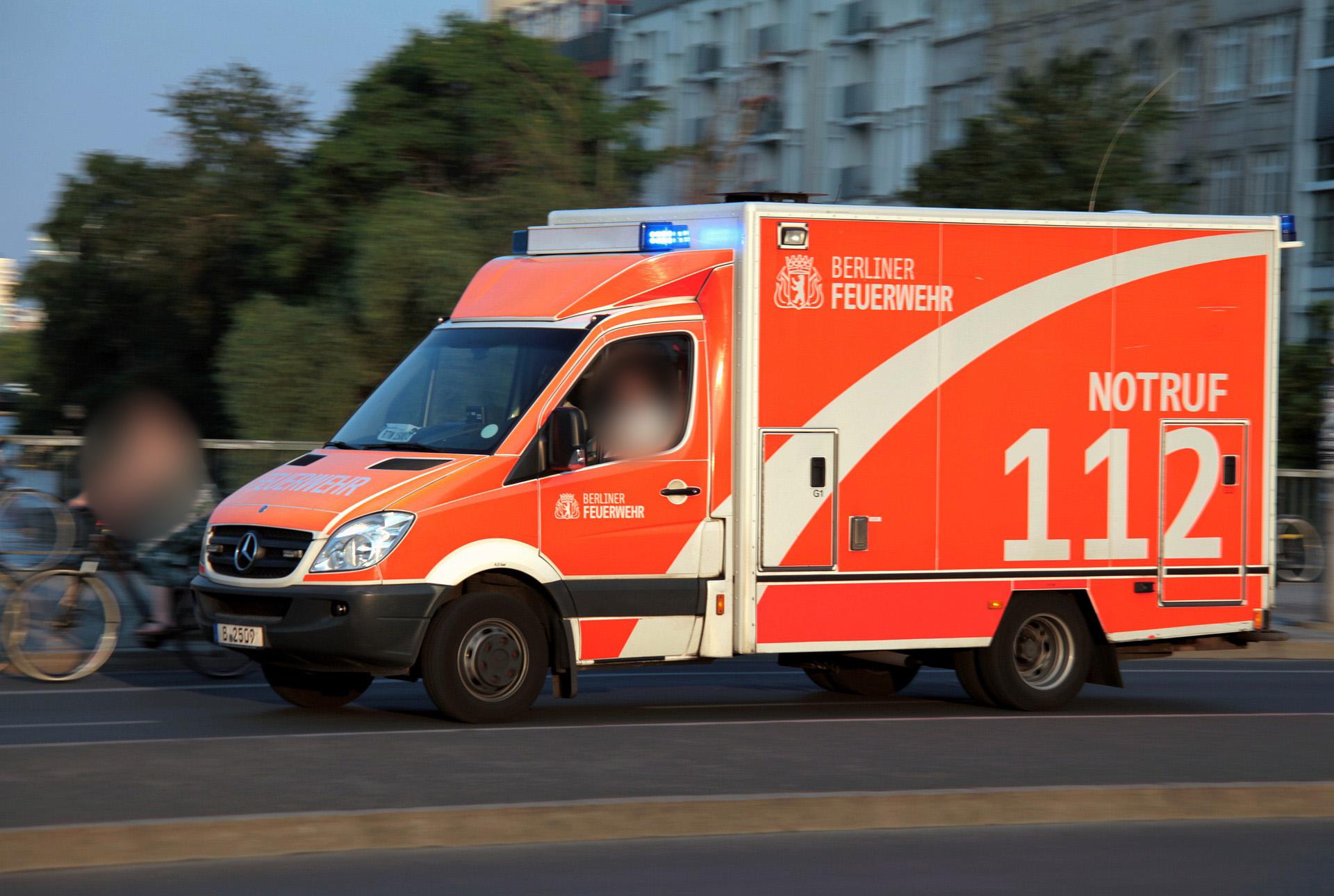 Radfahrer-greift-Rettungswagen-an-Patientin-stirbt-kurz-darauf
