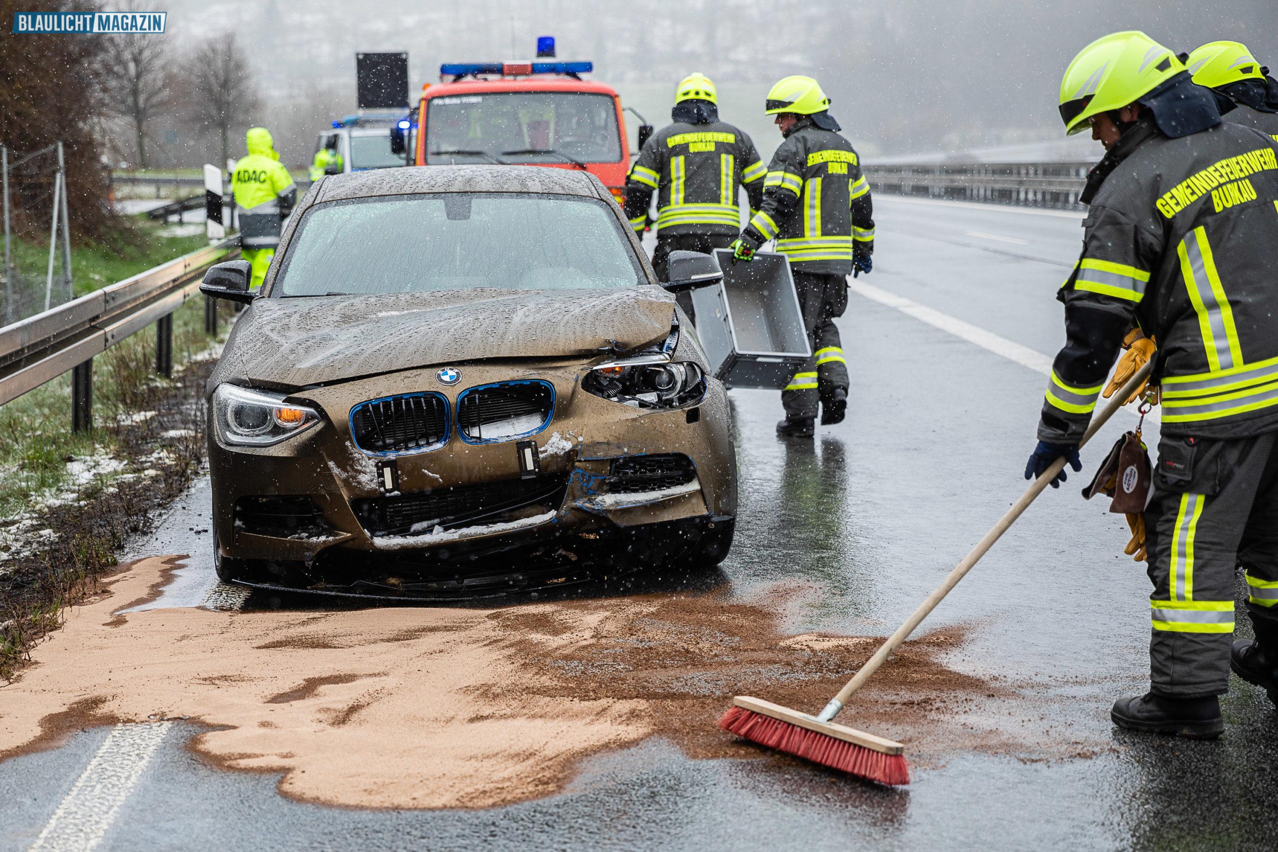 Pl-tzlicher-Wintereinbruch-Auto-kracht-gegen-Schutzplanke