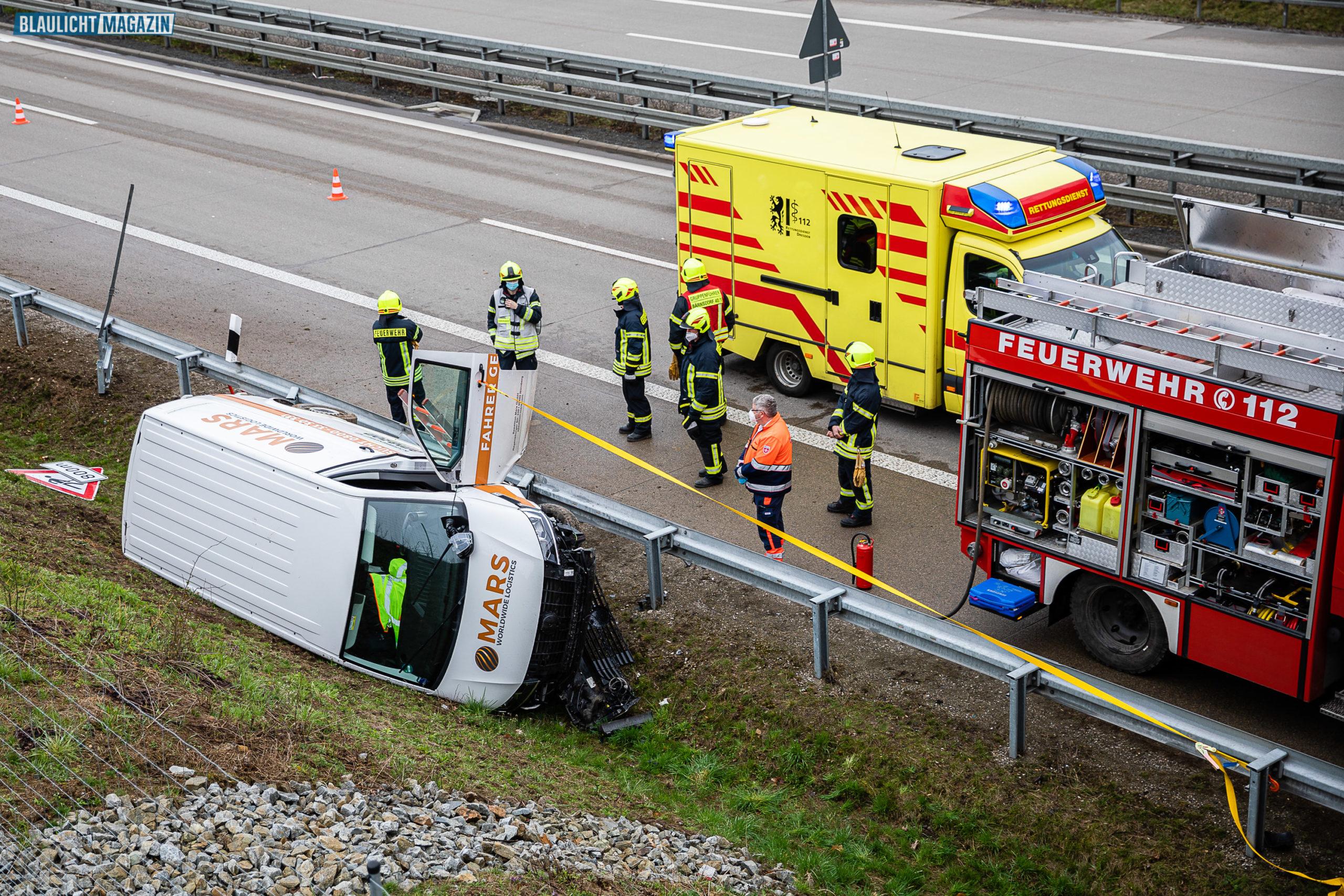 Paket-Transporter-fliegt-von-der-Autobahn-Fahrer-verletzt