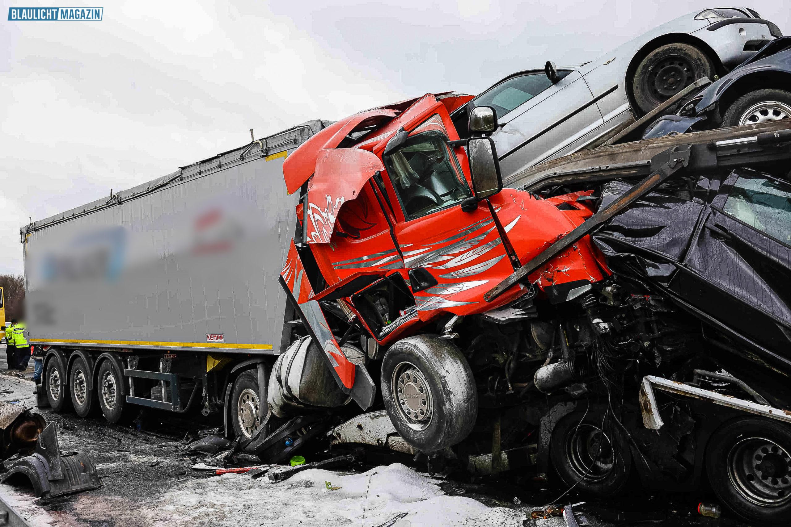 Unfall-mit-drei-Lkw-bei-Nossen-ein-Toter