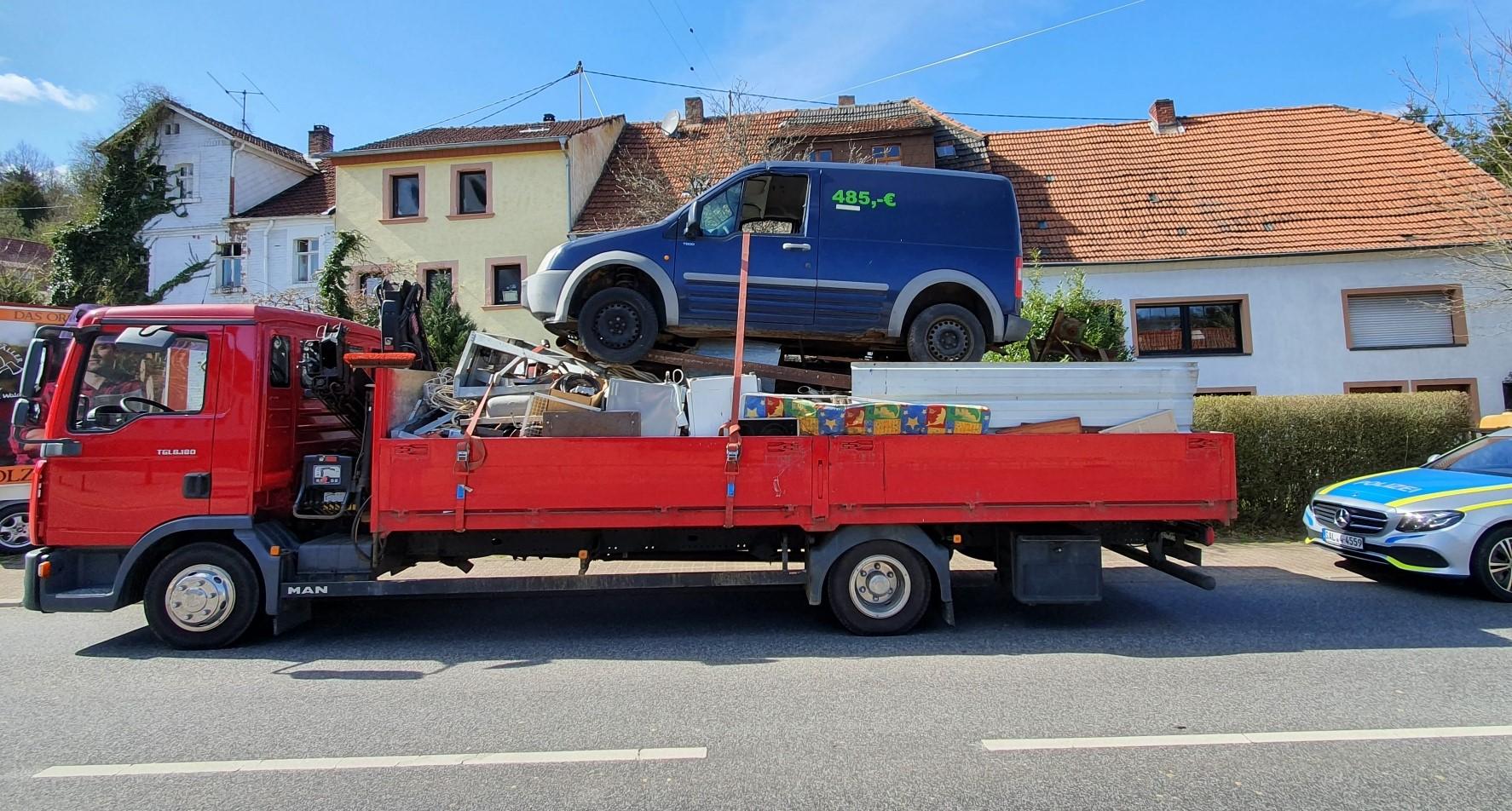 Spektakul-re-Ladungssicherung-Polizei-stoppt-LKW